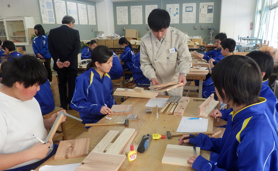 A woodworking class held at Shizugawa Jr. High School. Young Shimizu employees taught the class.