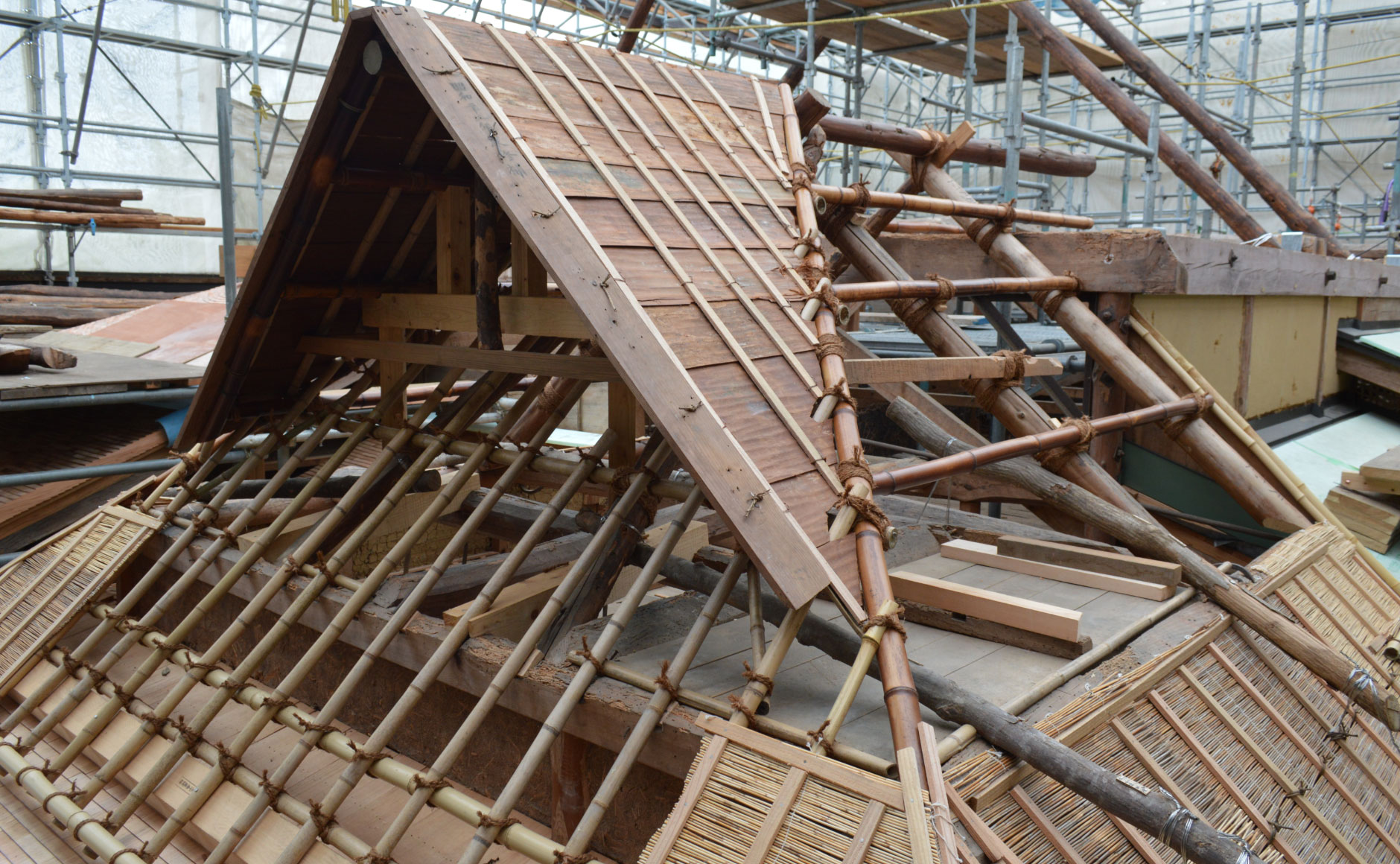 Repair work on the roof of Kanden-an