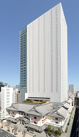 The fifth-generation Kabukiza, preserving the appearance of the fourth-generation building while adding the latest advancements in office towers